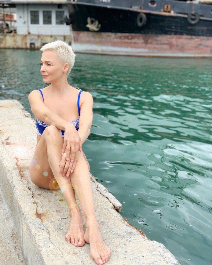 Смело и красиво: Дарья Повереннова встретила день рождения в бикини на пляже