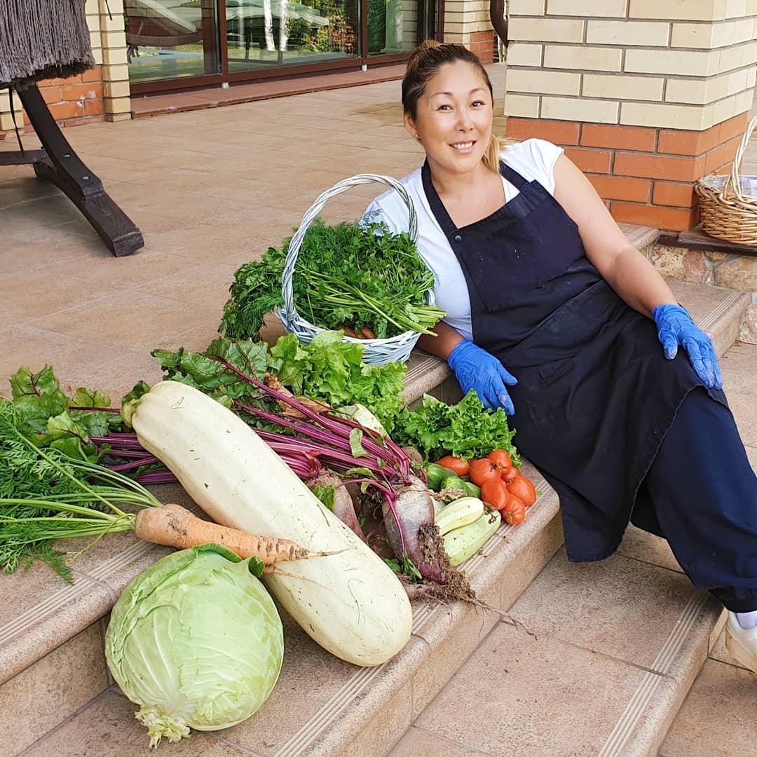 Мараю руки и выращиваю на конском навозе: Анита Цой похвасталась богатым урожаем