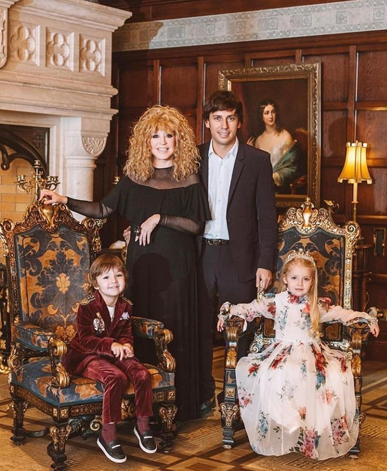 фото аллы пугачевой с детьми и галкиным светлой палитре