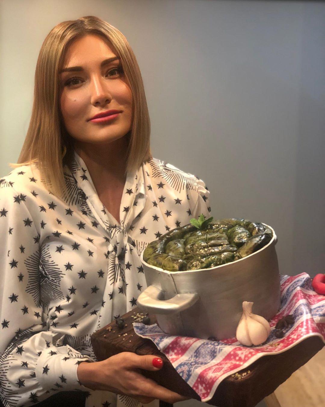 Кастрюля долмы: Жанна Мартиросян удивила мужа необычным тортом на день рождения