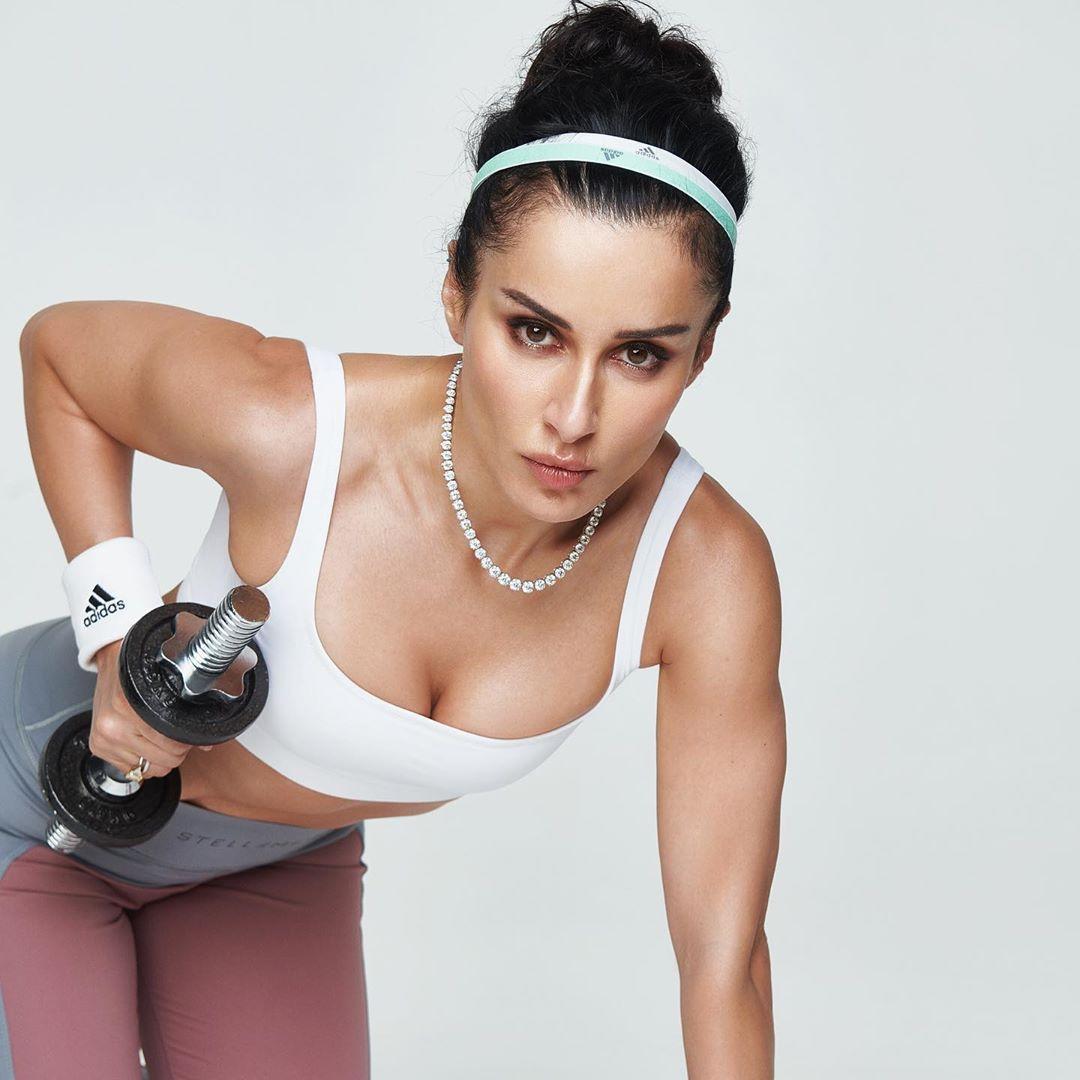 Тина Канделаки поделилась комплексом упражнений, для которых не нужны тренер и спортзал