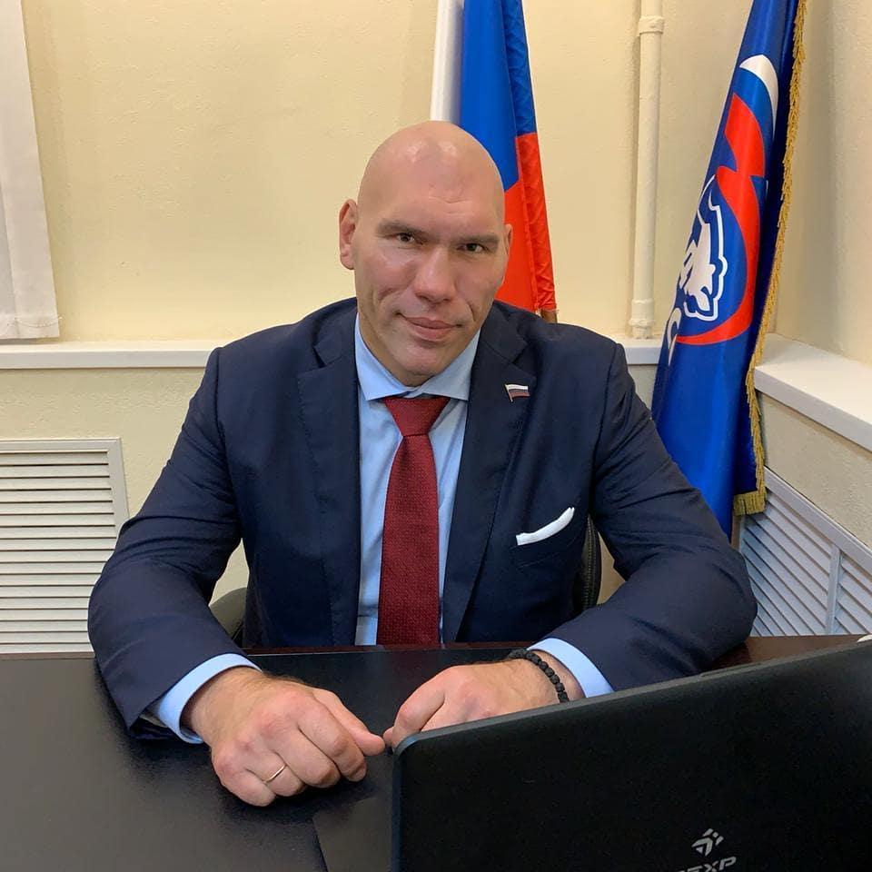 Николай Валуев показал домашнюю тренировку (а заодно и скромный интерьер дома)