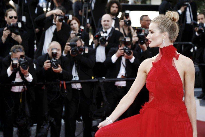Грудь на скотче, парики и утягивающее белье: уловки, которые помогают знаменитостям выглядеть неотразимо