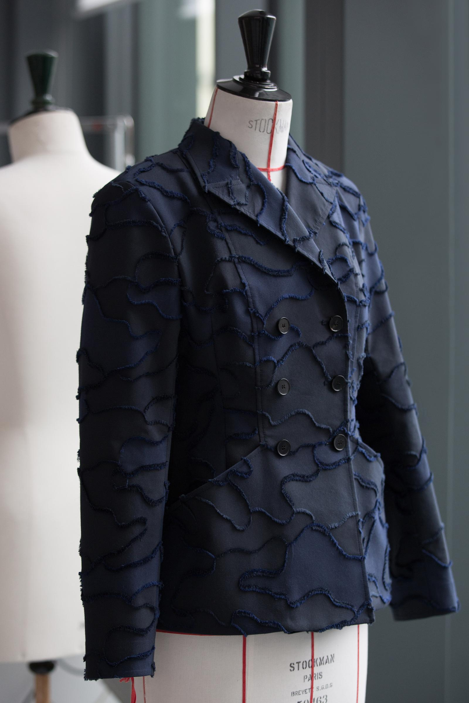 Камуфляж haute couture: Dior выпустил обновленную версию легендарного жакета-бар