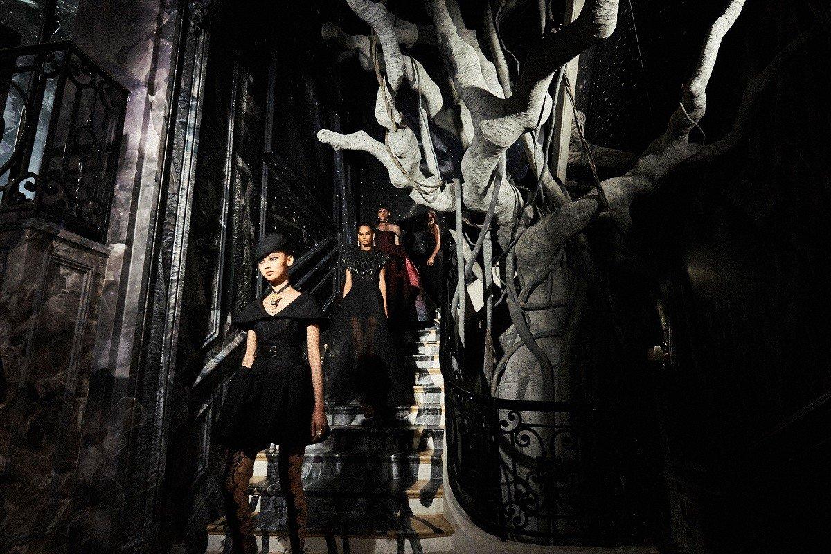 Черная невеста: вечерние платья в новой коллекции Dior, от которых мы без ума (колготки в сетку снова рулят!)