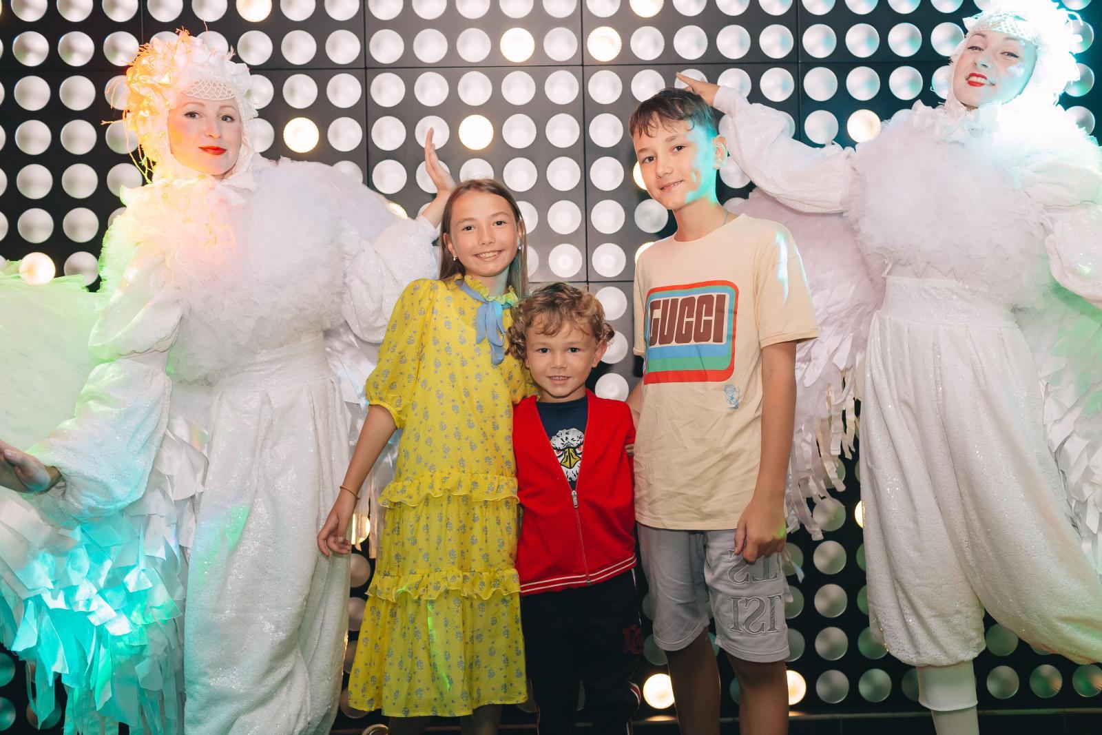 Дочь Инны и Юрия Жирковых устроила вечеринку в стиле TikTok: На торжестве в честь десятилетия Миланы Жирковой гостей встречали белоснежные ангелы и зеркальные Микки Маусы, а также цветочные феи. В