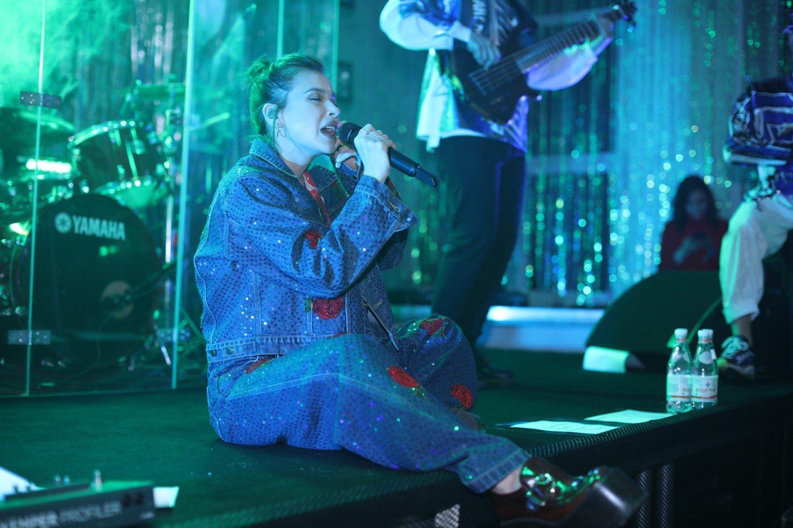 На школьную дискотеку в Тульской области приехала с концертом Лена Темникова