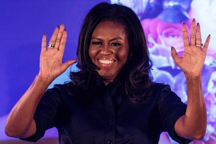 Мишель Обама презентовала свою книгу в украшениях Bvlgari
