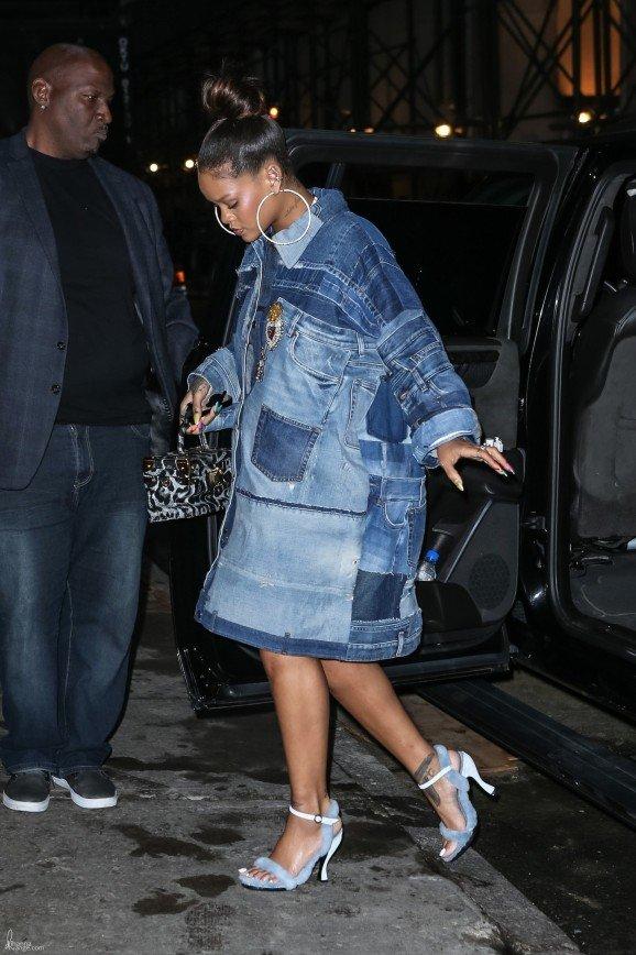 Джинсовое платье Рианны назвали мешком для картошки