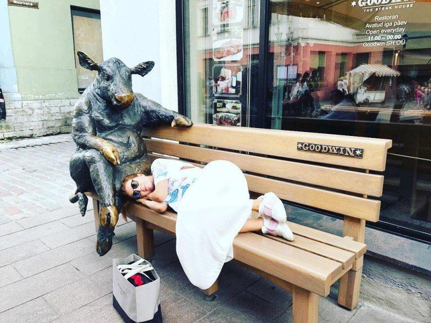 Наталья Подольская прилегла отдохнуть на лавочку