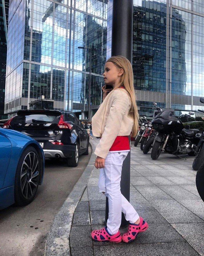 Дочь Виталия Гогунского гуляет по Москве в дачных тапочках