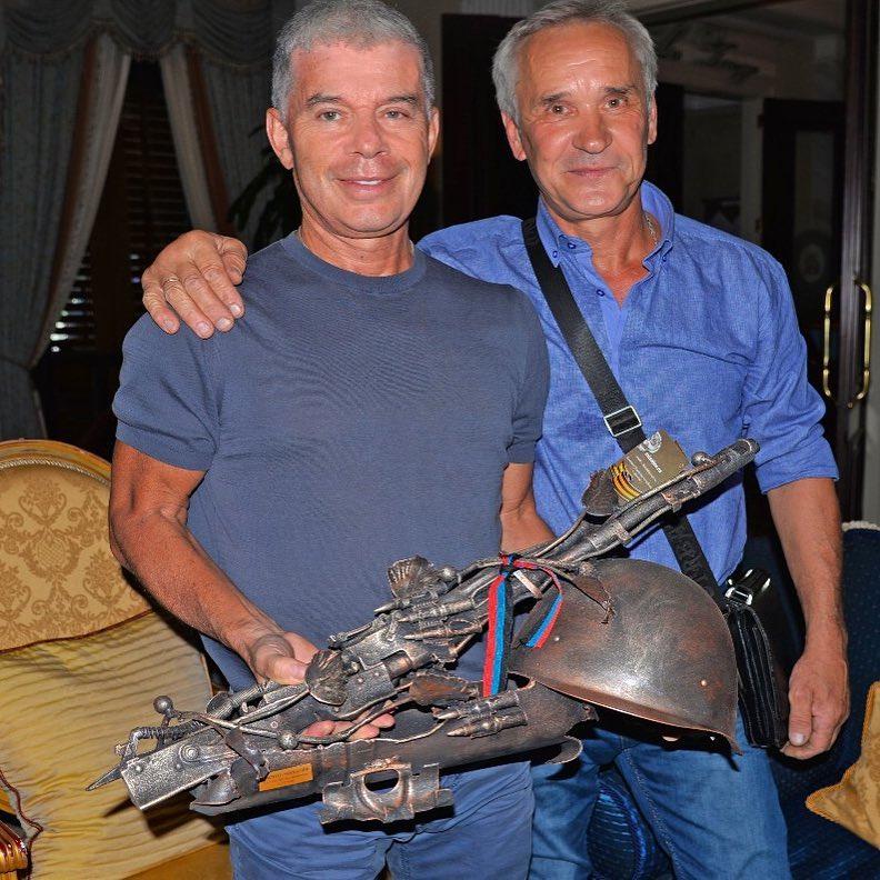 В Донецке Газманову подарили оружейную икебану