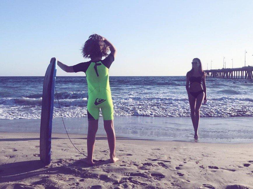 Серфинг напоминает Ирене Понарошку про юность без парней и лифчиков