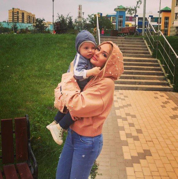 """""""Вот откуда щеки растут"""": Дарья Пынзарь отобрала мороженое у сына"""