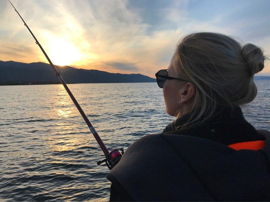 «А ещё мы видели нерпу!»: Елена Летучая после уборки отправилась на рыбалку