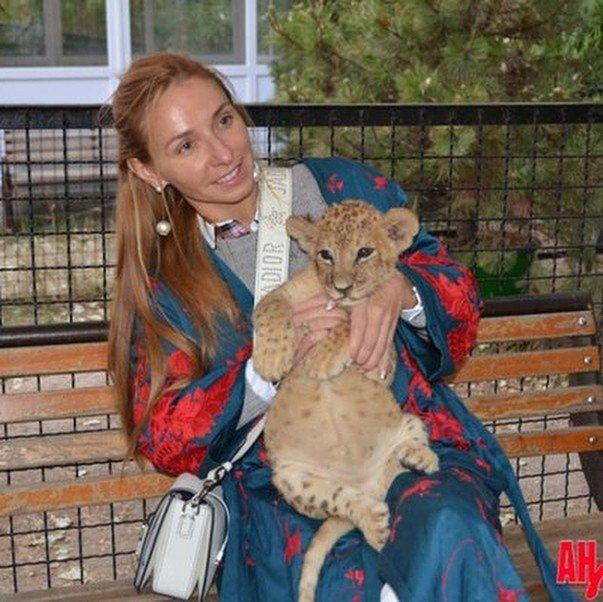 «Это чучело?»: Татьяна Навка поразила фотографией со львом