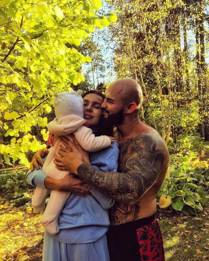 «Все на семейство уходит?»: Джиган даже осенью фотографируется с обнаженным торсом
