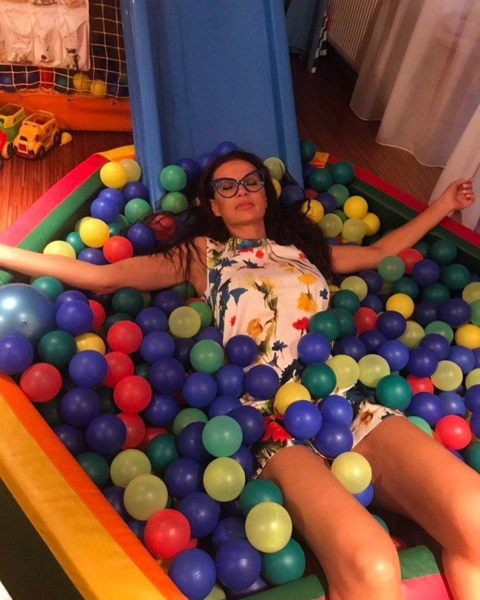Эвелина Бледанс оставляет свои страхи и сомнения в шариках сына