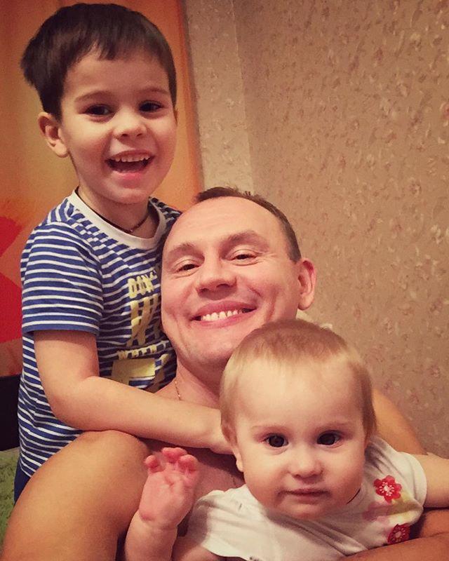 «Под копирку!»: Степан Меньщиков сравнил свою детскую фотографию со снимком дочки
