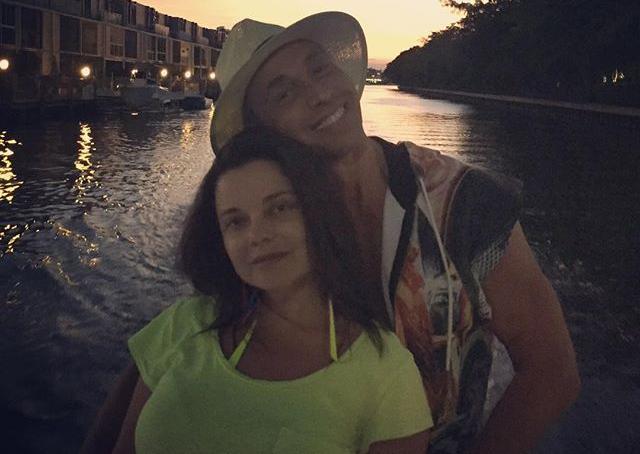 «Солнце светит, но не греет»: Королева и Тарзан отправились в Майами