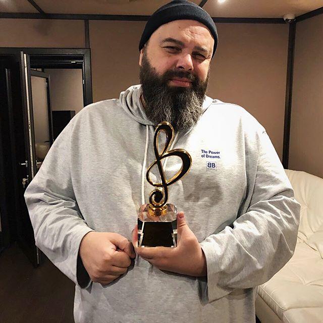 «Мы с Лепсом поём для вас»: Фадеев показал награду международной премии