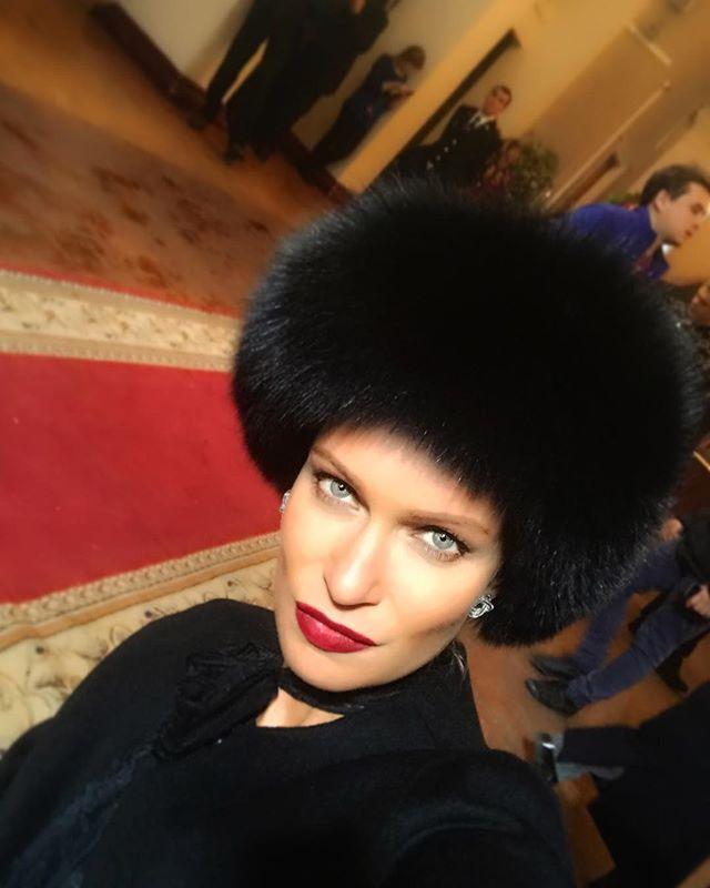 «Родительское собрание?»: шапка Олеси Судзиловской вызвала смех