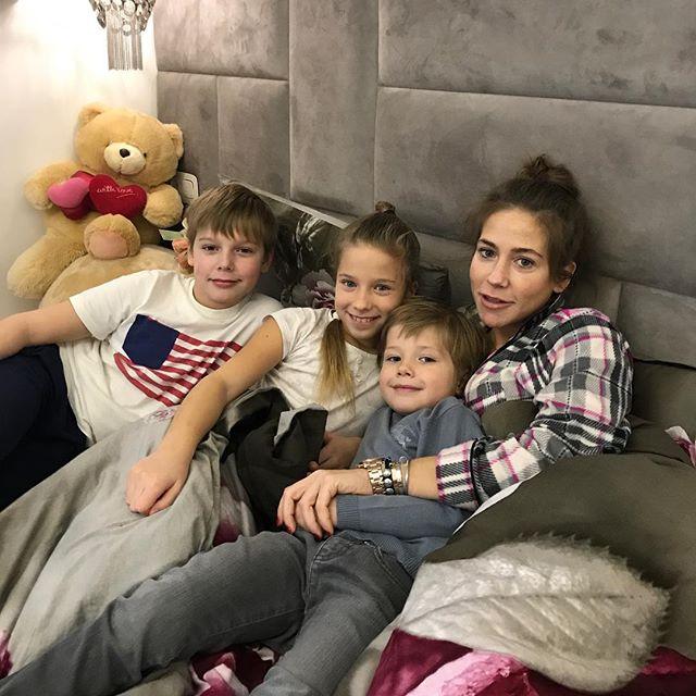 «А кто снимает?»: Юлия Барановская показала место встречи с детьми
