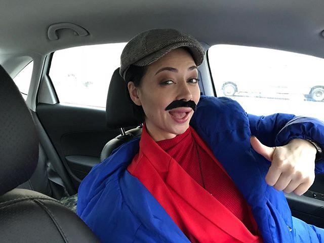«Усы очень идут!»: Настасья Самбурская рассмешила снимком с растительностью под носом