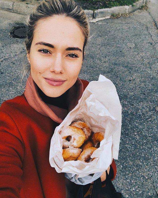 «А как же талия?»: Юлия Паршута в Адлере накупила пончиков