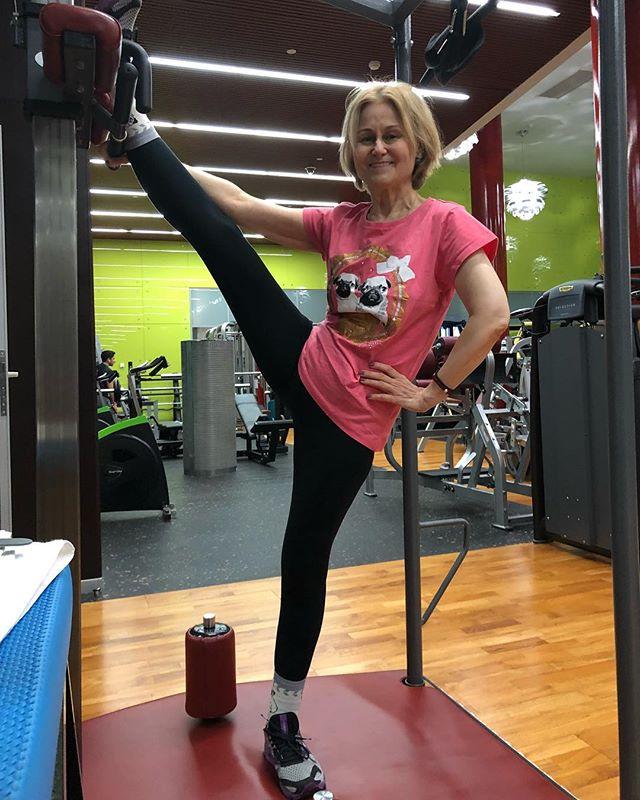 «Движение - жизнь!»: 65-летняя Дарья Донцова поразила своей растяжкой