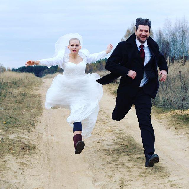 «Летящая невеста»: Юлия Пересильд в свадебном платье покорила сердца