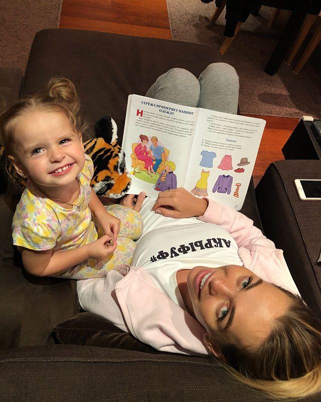 «Не лишайте ребенка детства!»: Анна Хилькевич отдала дочь на занятия по английскому языку