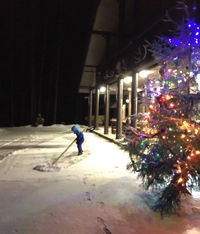 «Лопата в пять раз больше него»: пятилетний сын Елены Ваенги чистит снег во дворе
