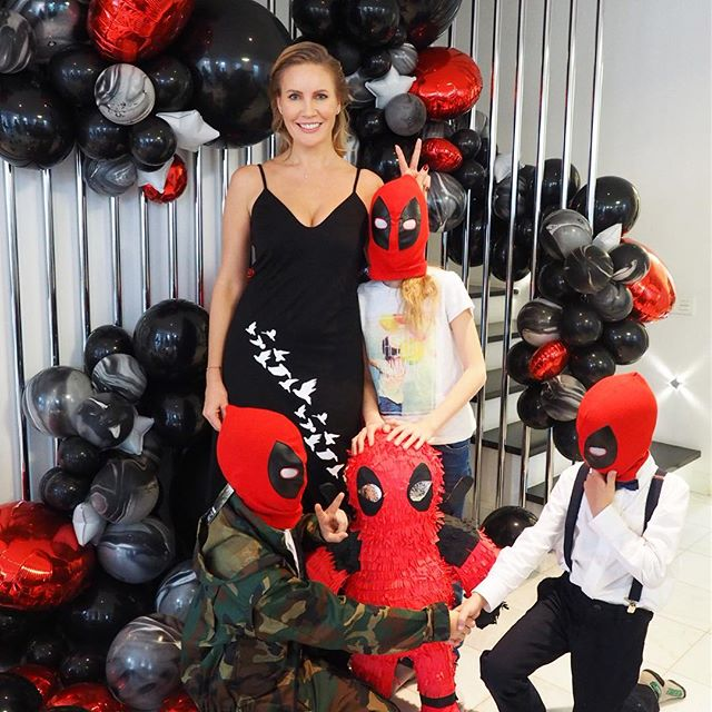 Елена Летучая устроила вечеринку в стиле комиксов