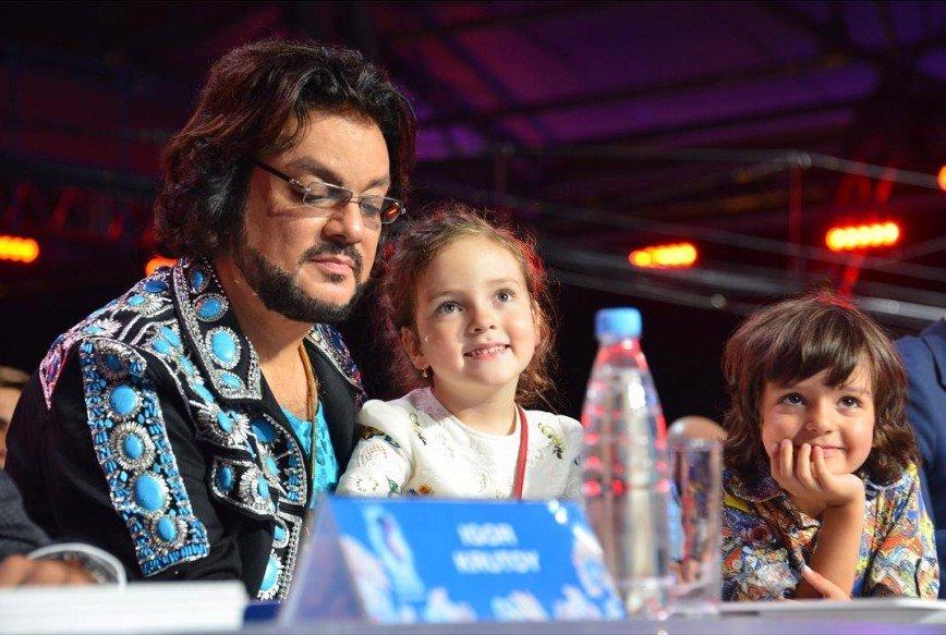 Дети Филиппа Киркорова впервые спели на сцене вместе со своим отцом