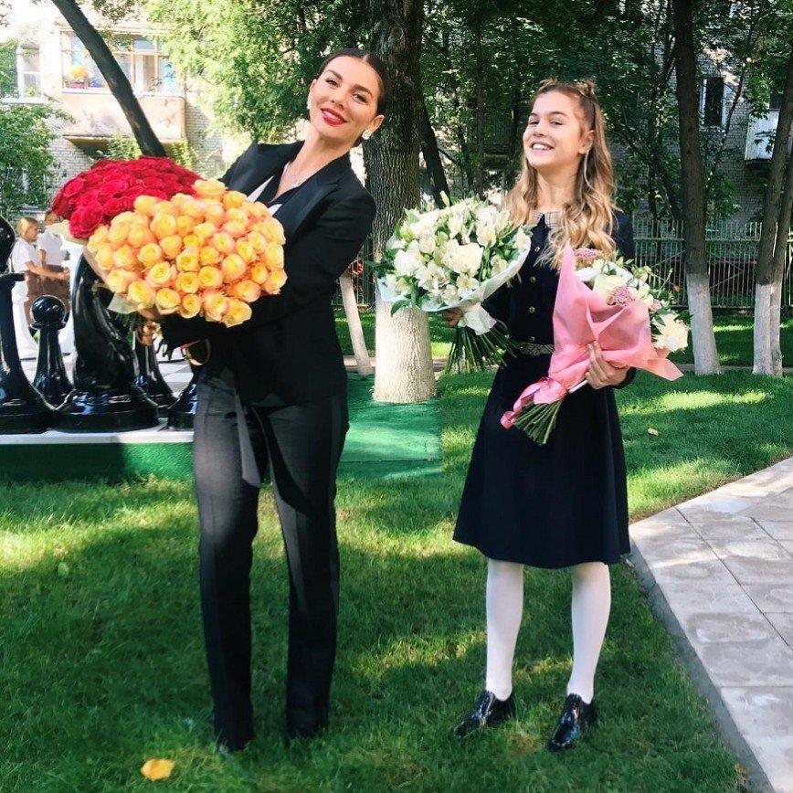 """""""Скоро родит еще одного"""": счастливая Анна Седокова появилась с букетом цветов"""