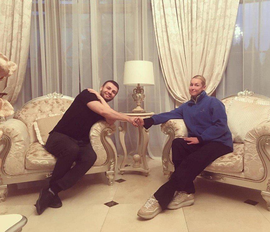Анастасия Волочкова диссонирует со своей гостиной