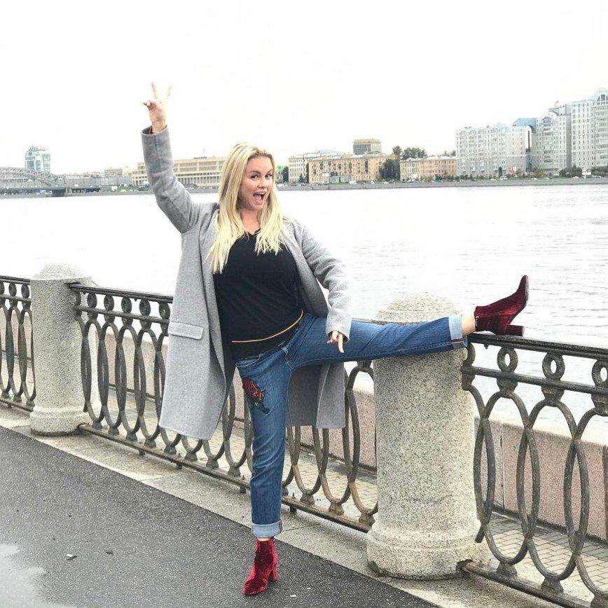 «Лучше бы замуж взяли»: Анна Семенович задирает ноги на улице