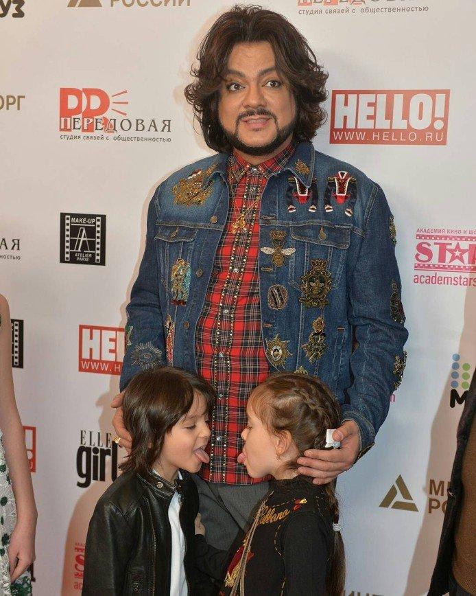 Филипп Киркоров с детьми провел семь часов на детской премии