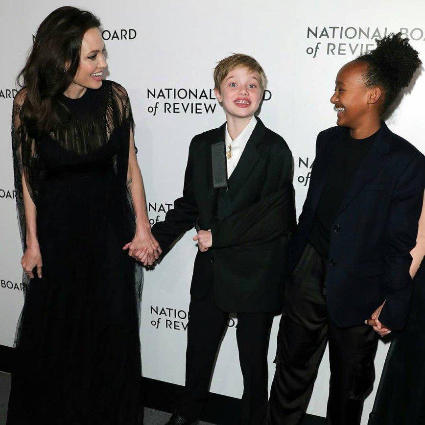 «Намучается с ней Джоли»: дочь Анджелины повредила ключицу, катаясь на сноуборде
