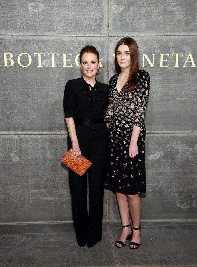 «Когда мама лучше»: Джулианна Мур пришла на модный показ с дочерью