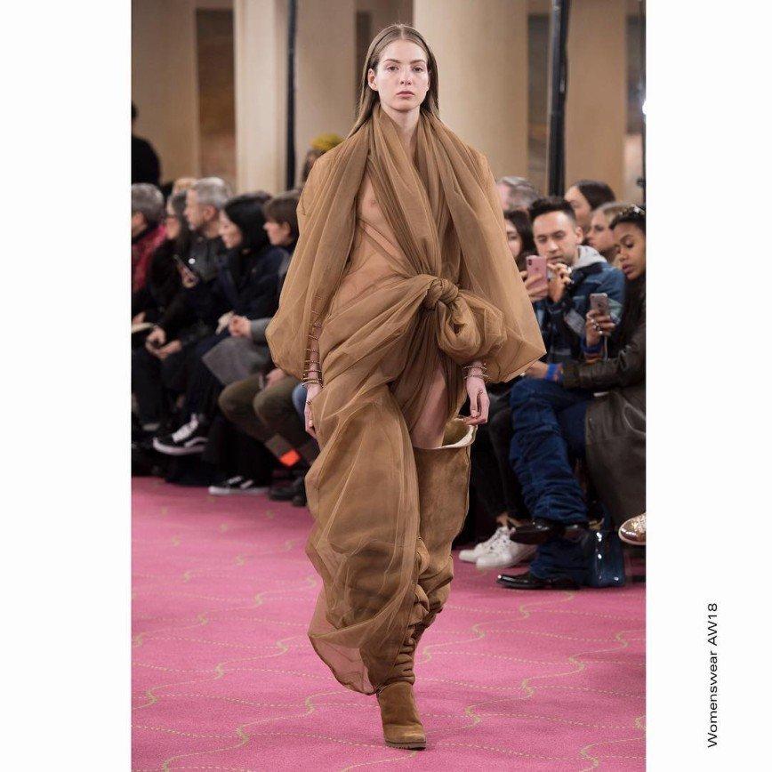«Как шаурма»: дизайнерский наряд Рианны из тюля вызвал изумление