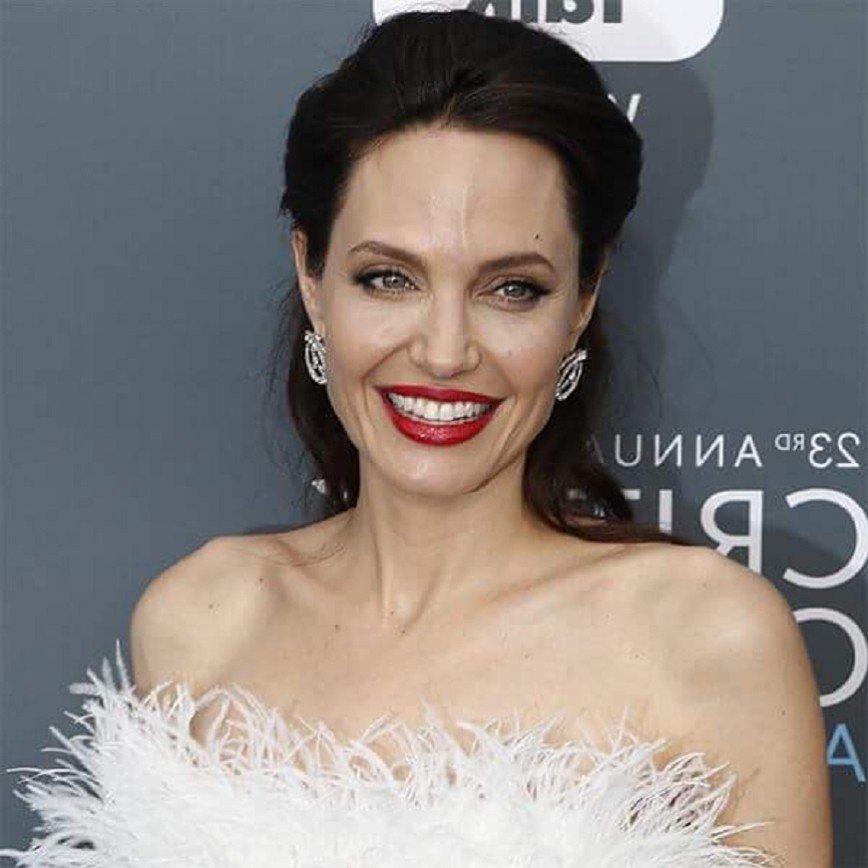 СМИ: окружение Анджелины Джоли обеспокоено ее пошатнувшимся здоровьем