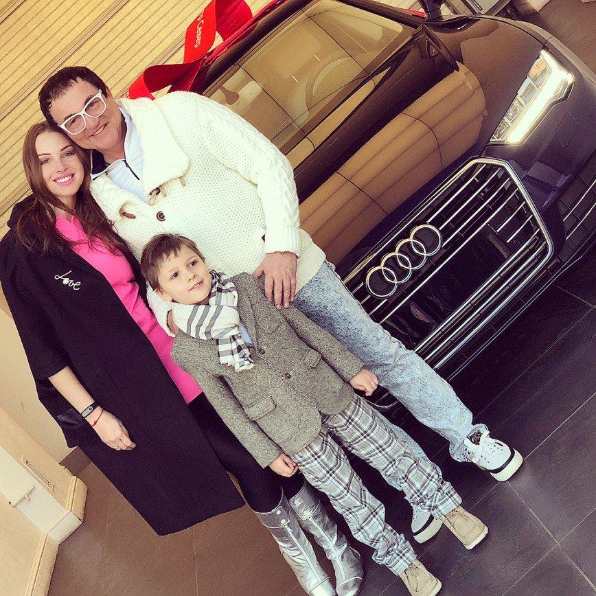 «Заслужила!»: муж подарил Полине Дибровой дорогой автомобиль