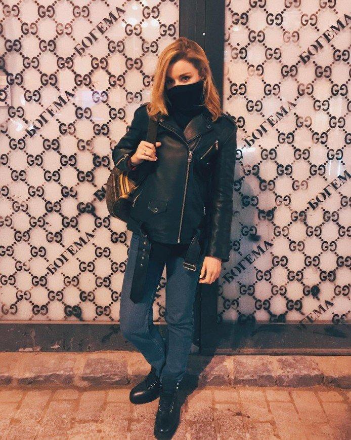 «Вы ни от кого не скрываетесь?»: Юлианна Караулова прячет лицо под шарфом