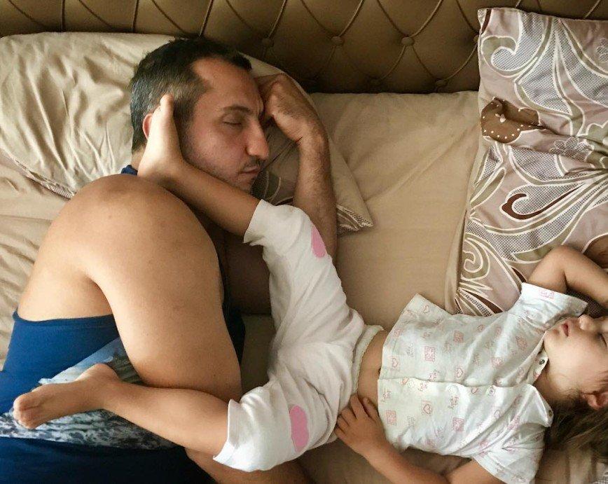 С отцом спит дочка