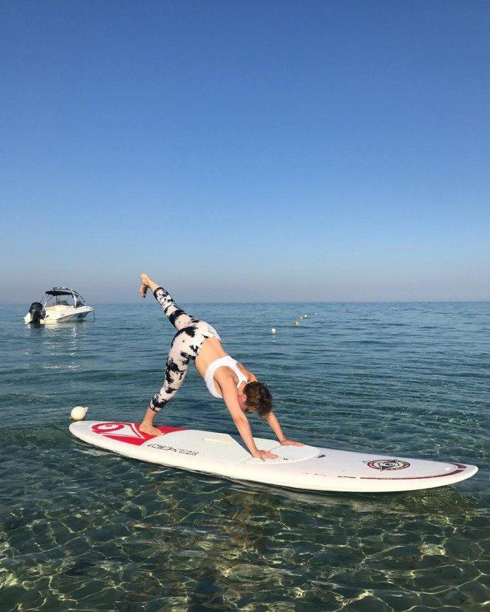 «Вот это растяжка!»: Яна Чурикова занимается йогой на корабле