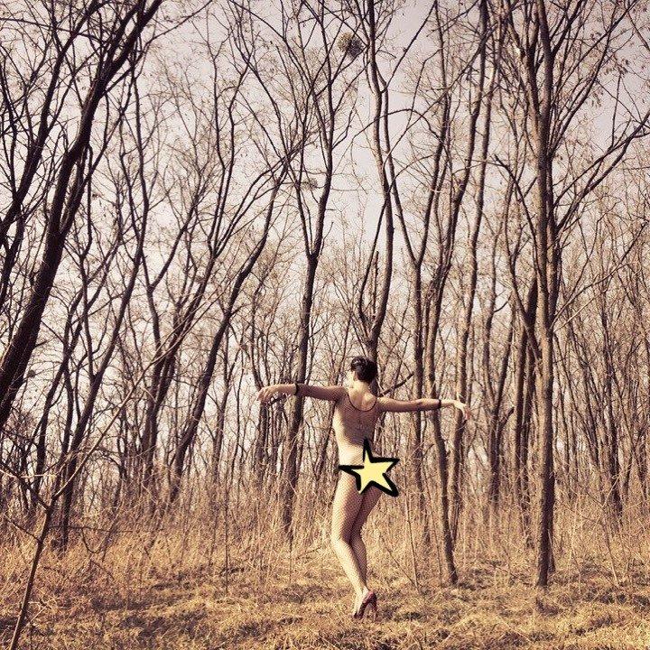 «Белочки в шоке»: Дарья Астафьева гуляет по лесу в одежде из сетки