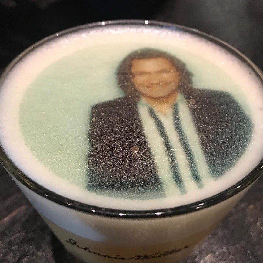 Дмитрий Маликов дразнит поклонников особым напитком