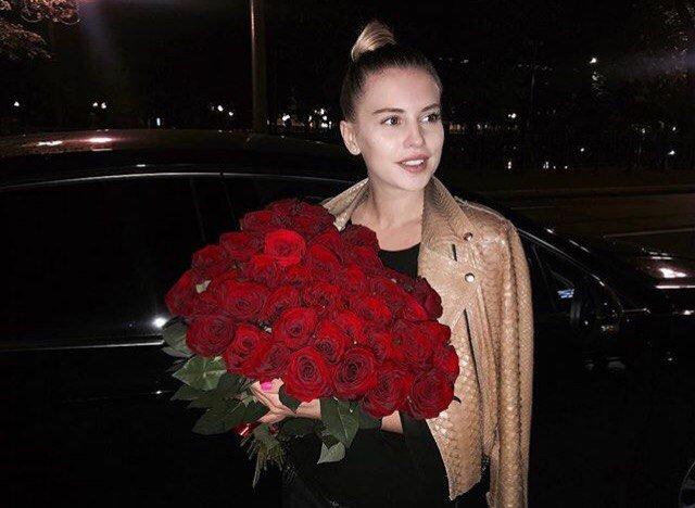 """""""А как же Женя?"""": Саша Артёмова принимает цветы от поклонника"""